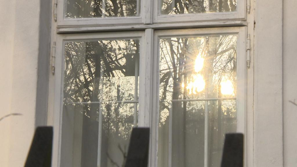 Okno chalupy Václava Havla na Hrádečku