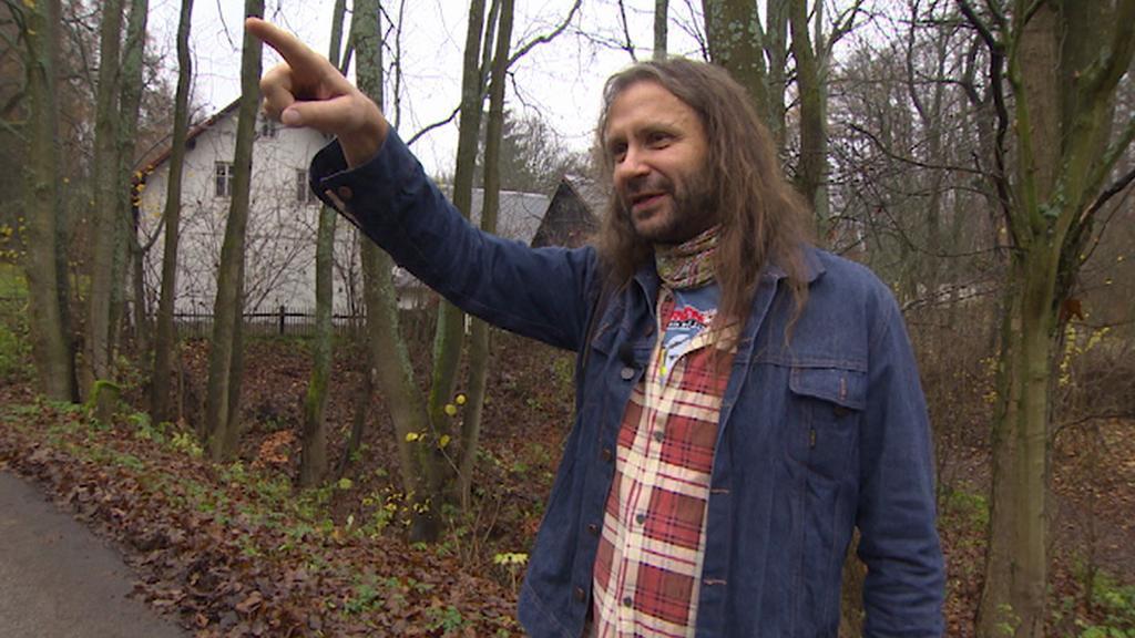 Martin Věchet ukazuje, odkud StB sledovala Václava Havla