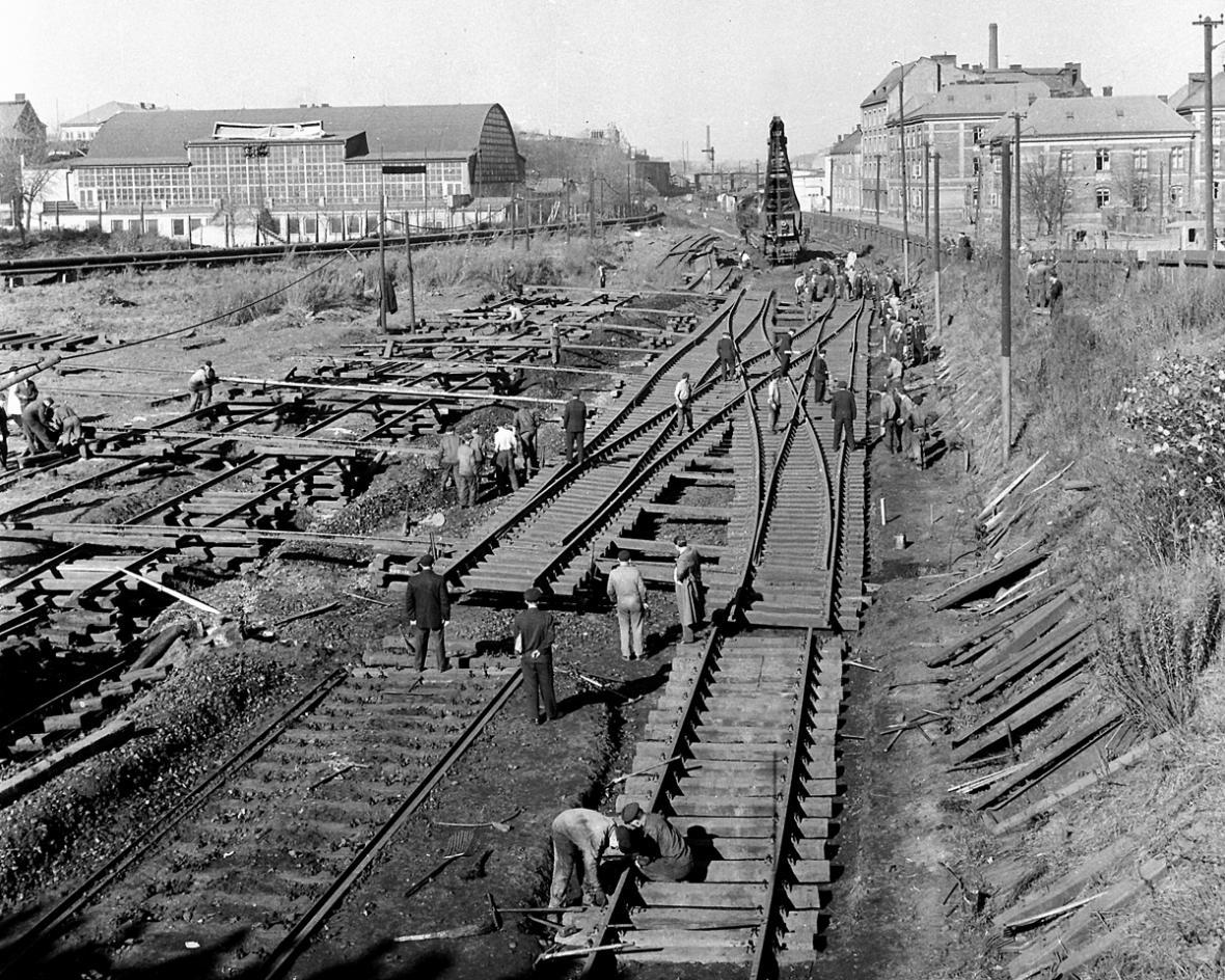 Pokládka kolejí v centru města - Ostrava před rokem 1989