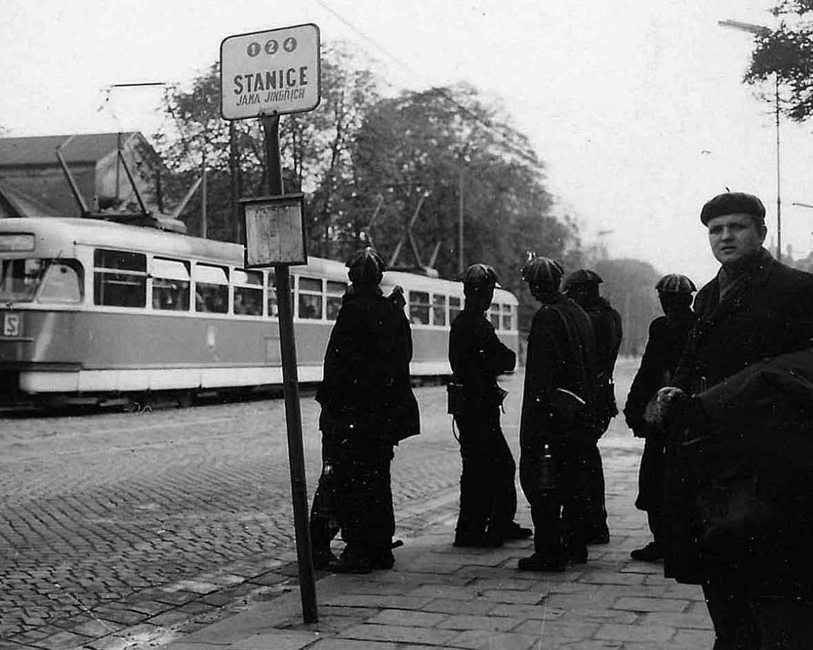 Tramvajová zastávka před dolem Jindřich - Ostrava před rokem 1989