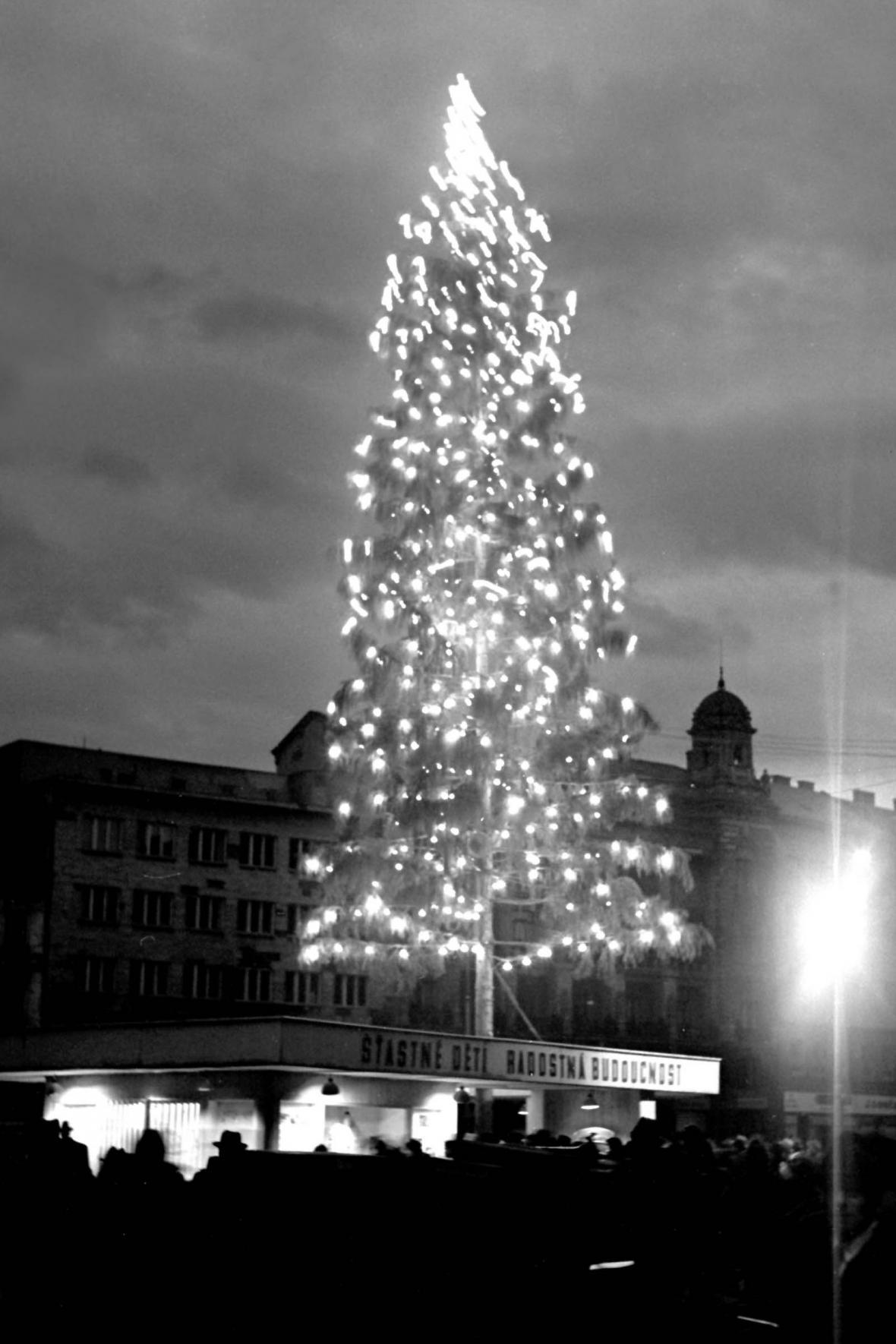 Vánoční strom na náměstí Svobody v roce 1948