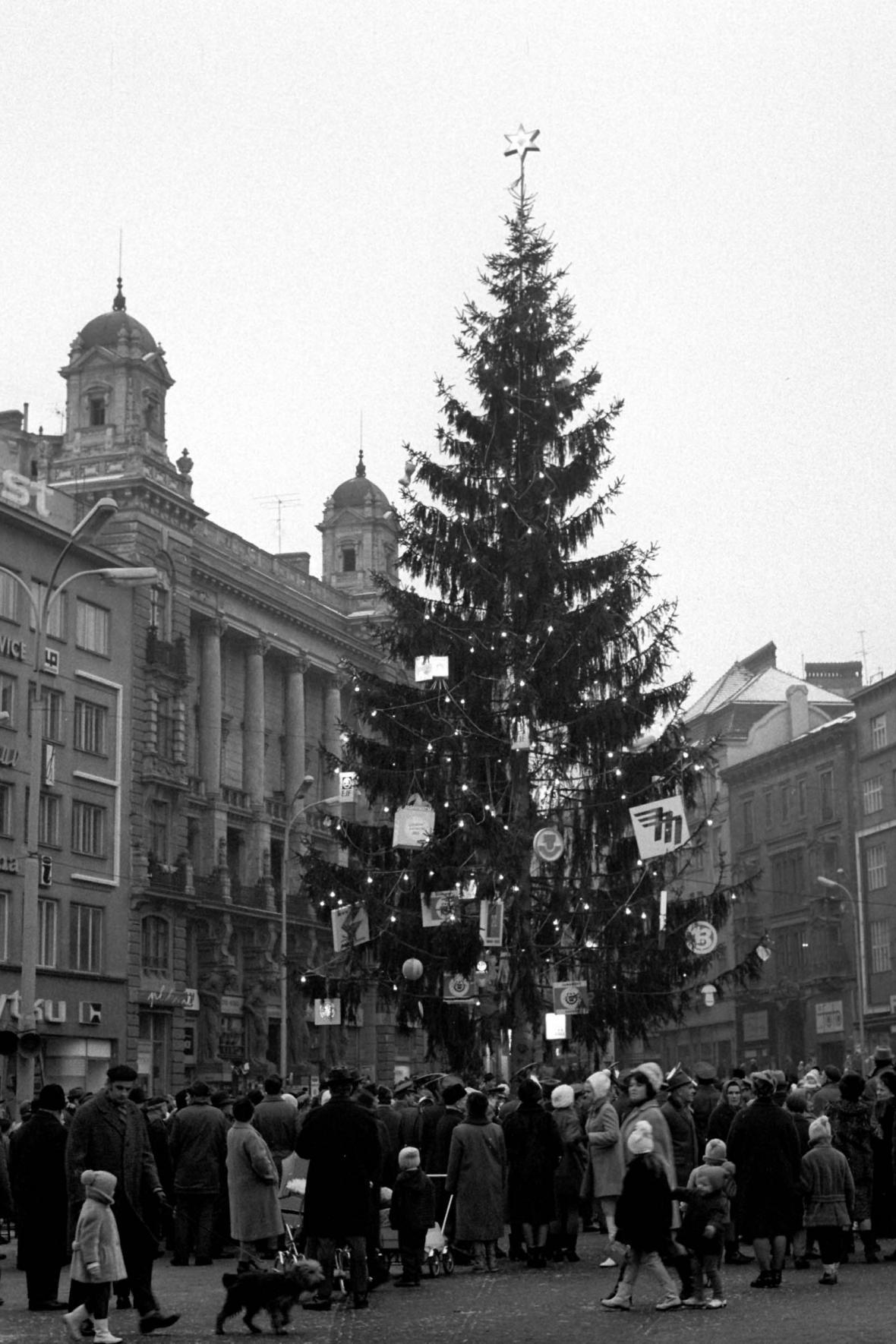 Vánoční strom na náměstí Svobody v roce 1969