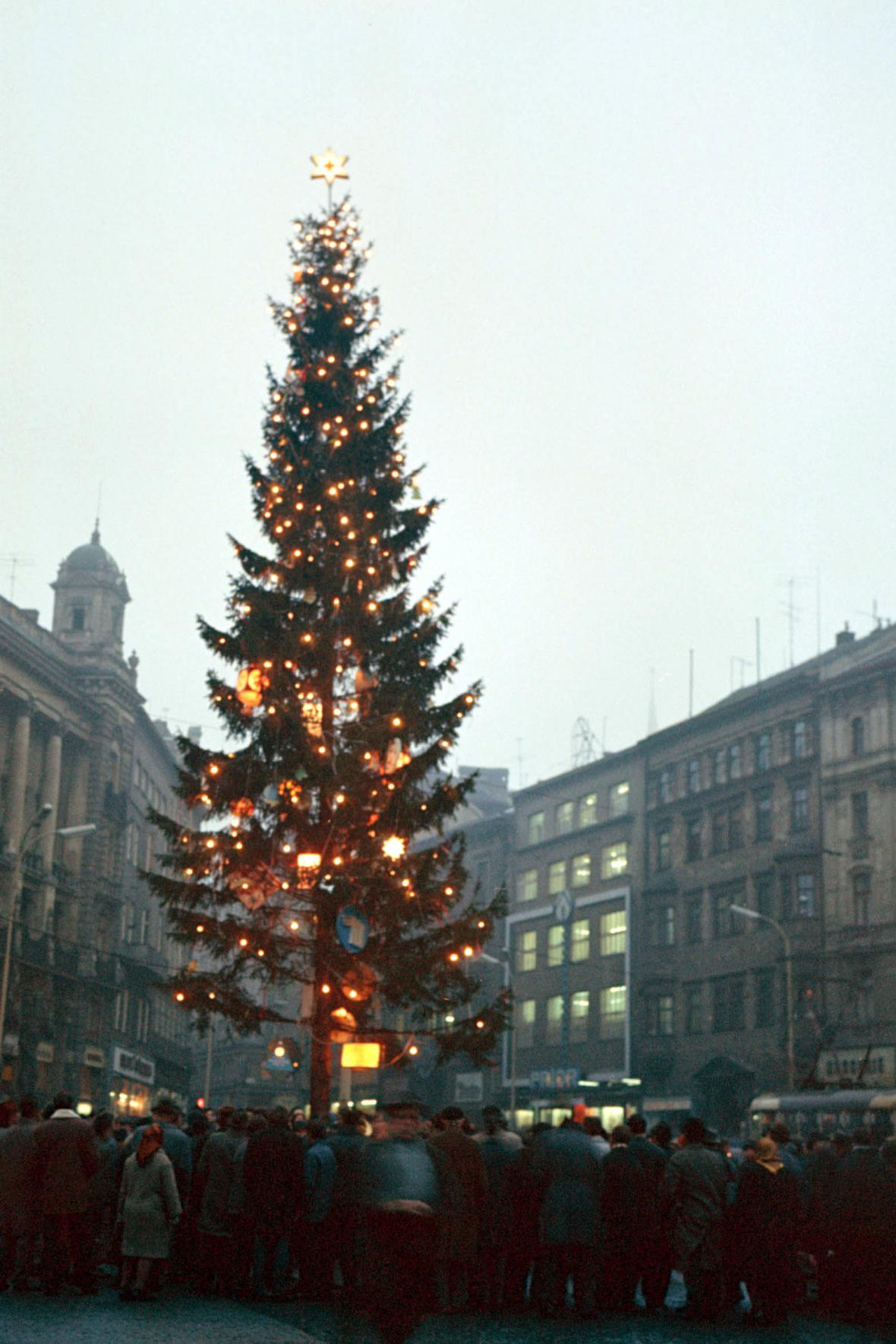Vánoční strom na náměstí Svobody v roce 1970