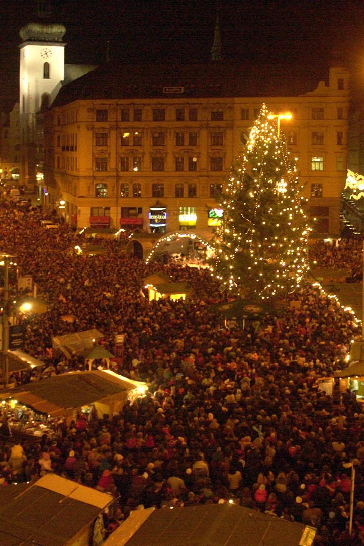 Vánoční strom na náměstí Svobody v roce 2002
