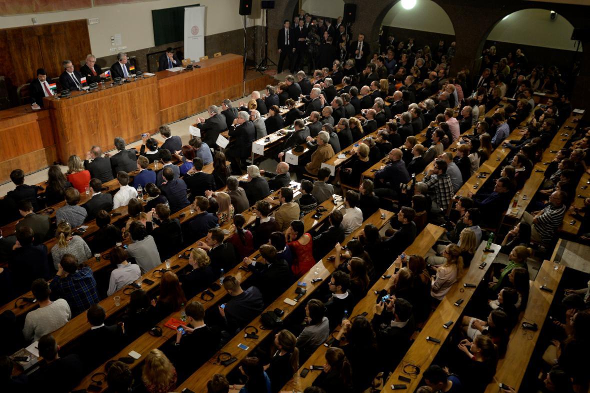 Debata k výročí 17. listopadu na Právnické fakulě UK