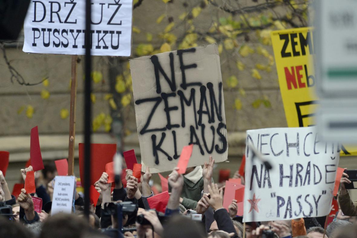 Peitní akt na Albertově se změnil v protest proti Zemanovi