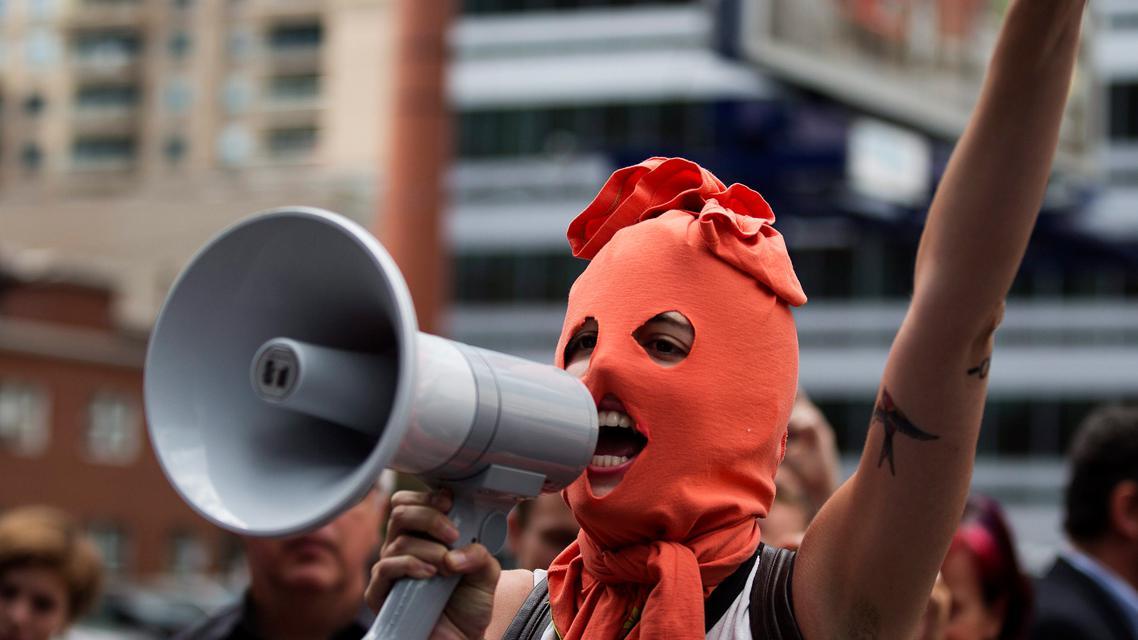 Demonstrace na podporu Pussy Riot před ruským konzulátem v Torontu