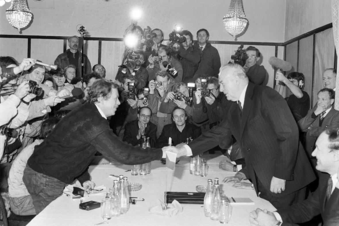 Jednání ÚV Národní fronty a vlády ČSSR s Občanským fórem, listopad 1989