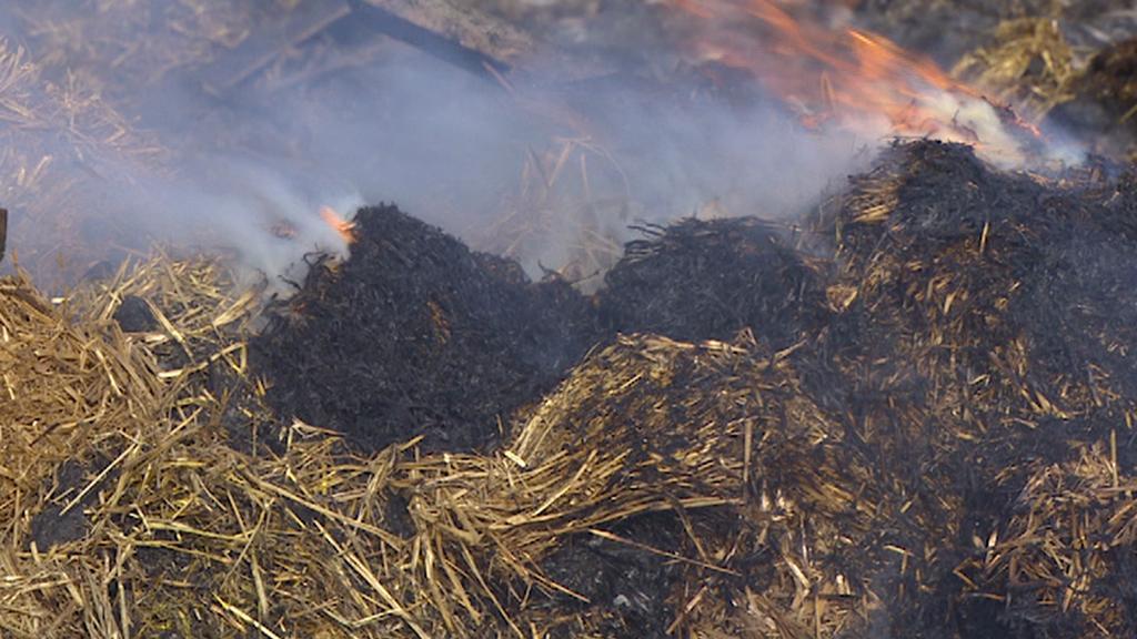 Ve Slavětíně stále dohořívají zbytky slámy