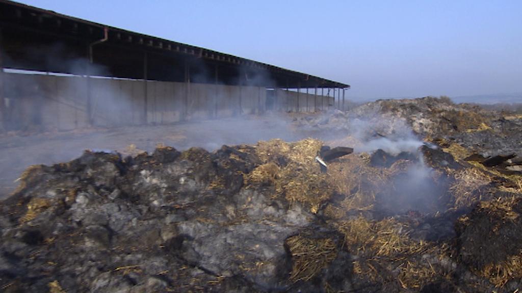 Slavětín - sláma po požáru stále doutná