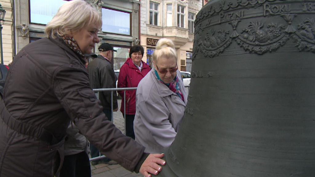 Obyvatelé Plzně si na zvony sahali pro štěstí