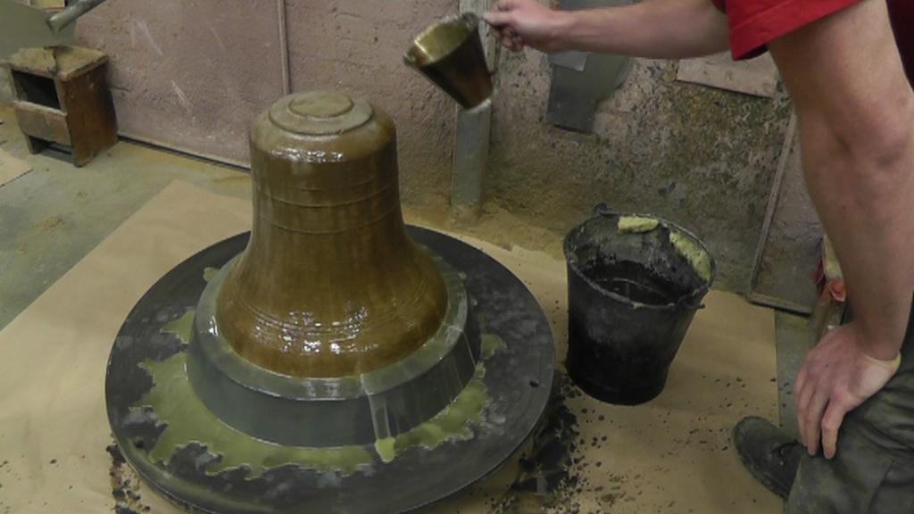 Práce na zvonu v nizozemské slévárně