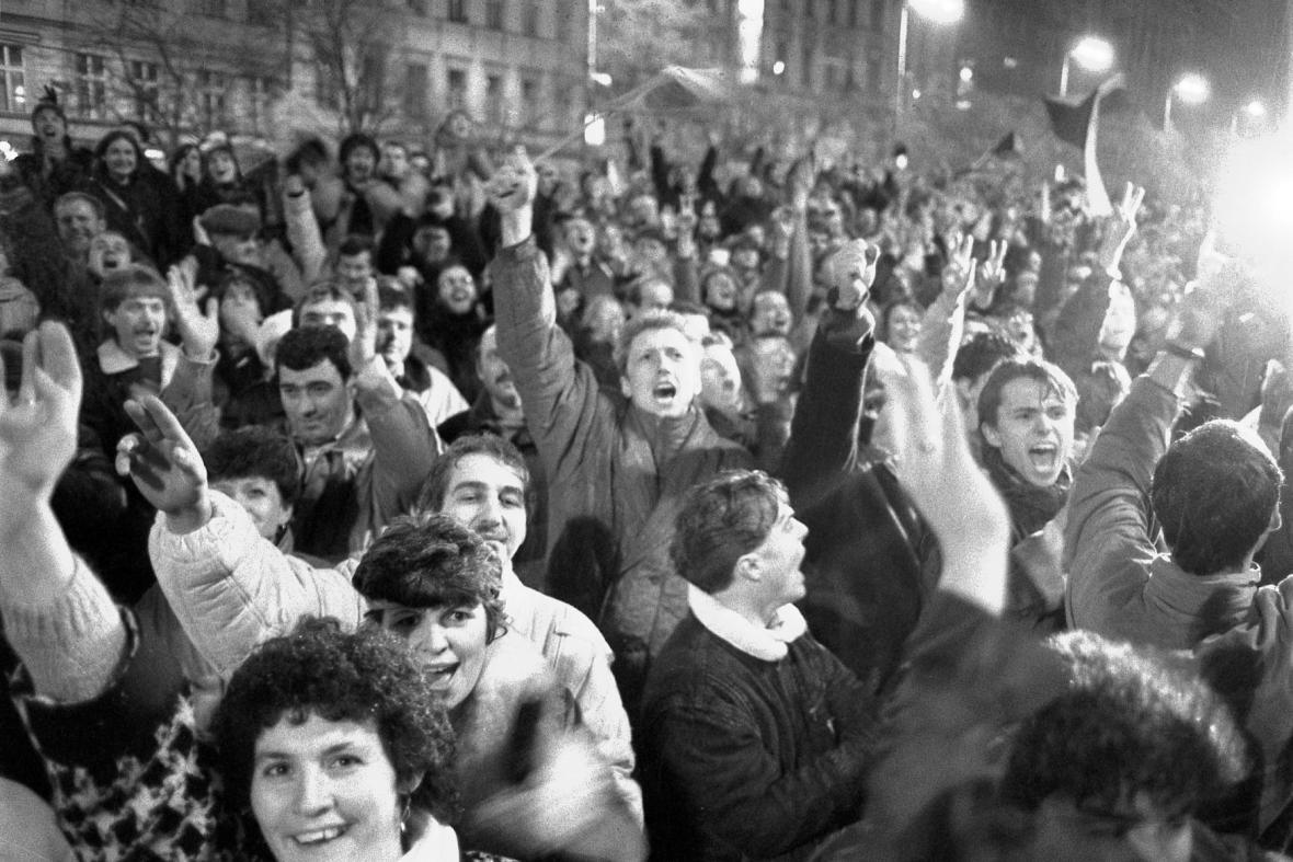 Pražané na Václavském náměstí po rezignaci ÚV KSČ