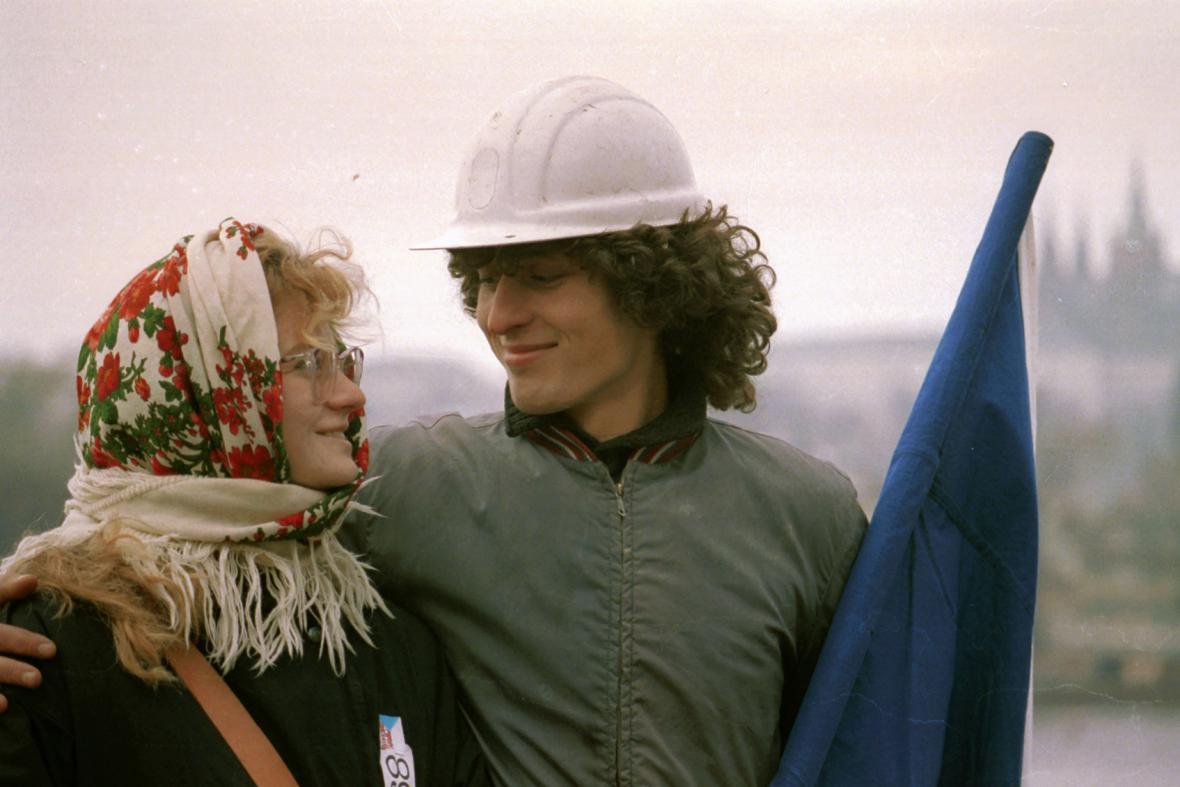 Studentka s mladým dělníkem v listopadových dnech 1989