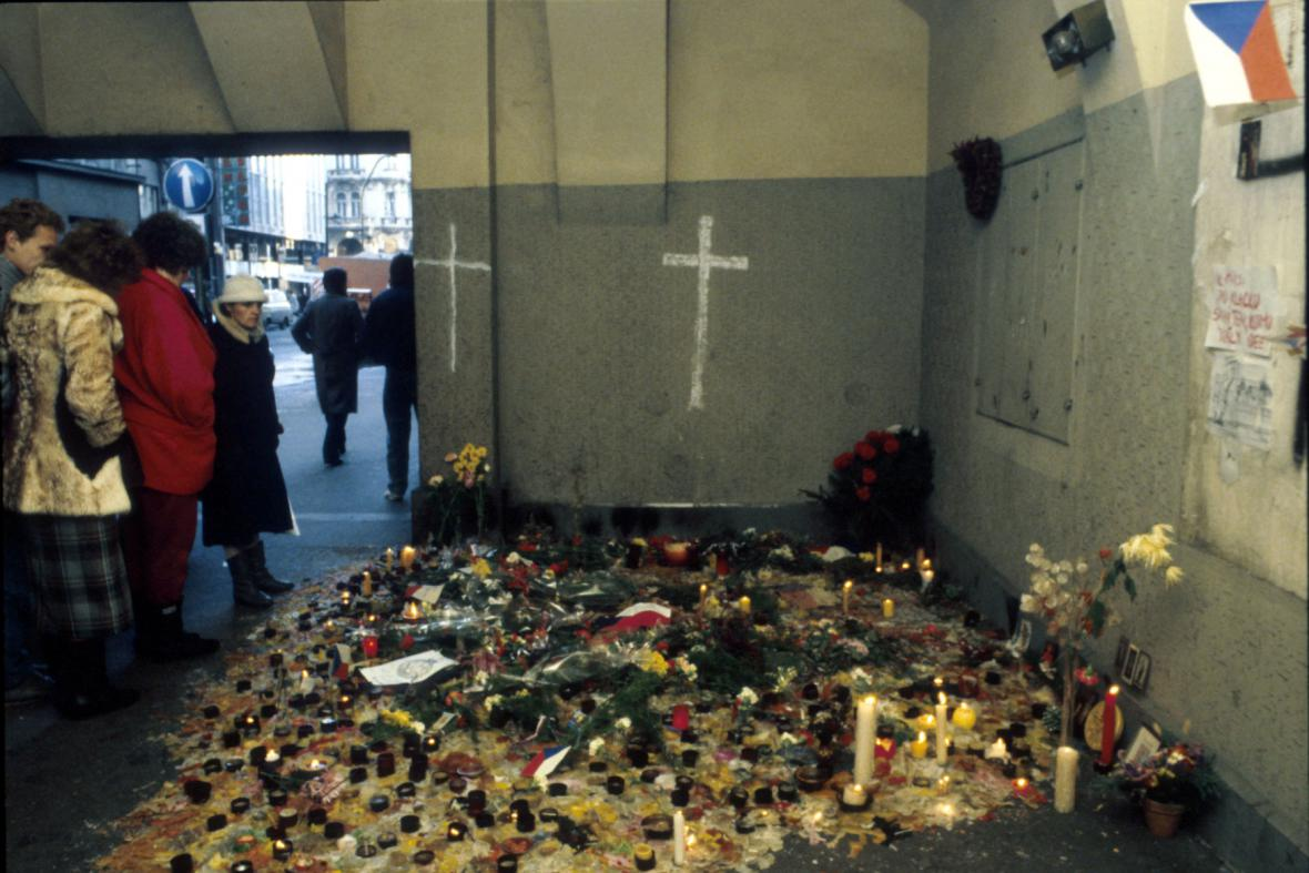 Svíčky a květiny na Národní třídě