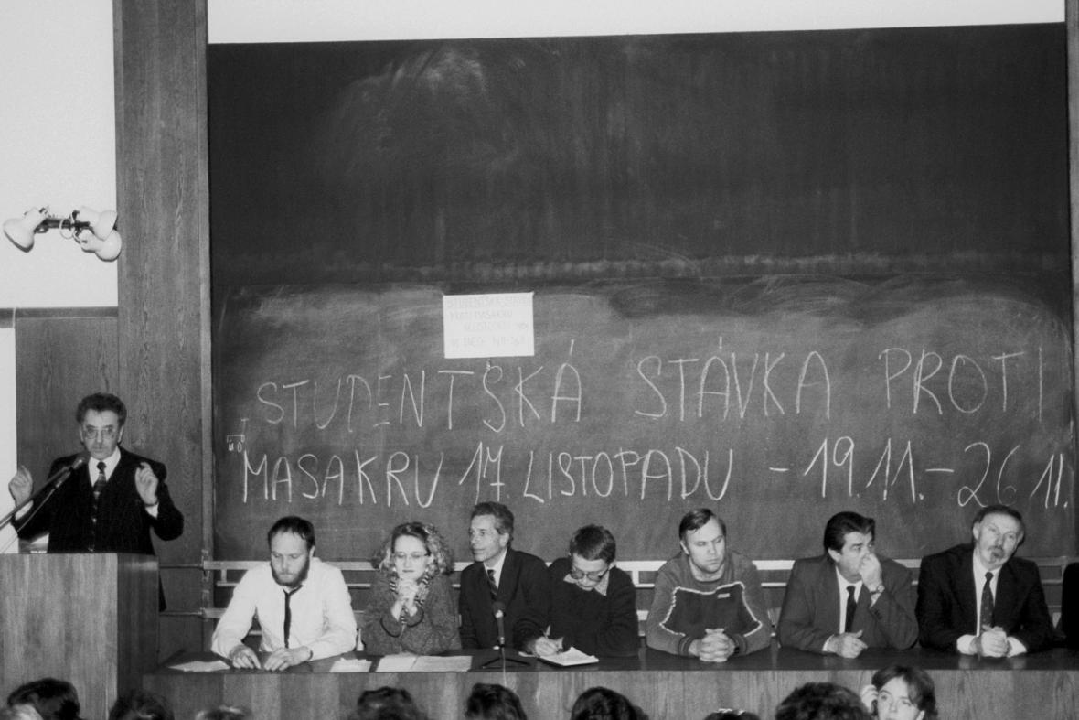 Začátek týdenní listopadové stávky studentů 1989