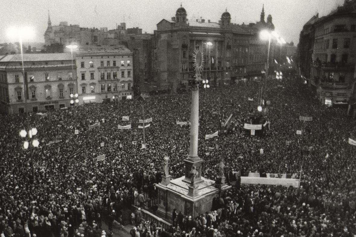 Listopad 1989 v Brně na náměstí Svobody