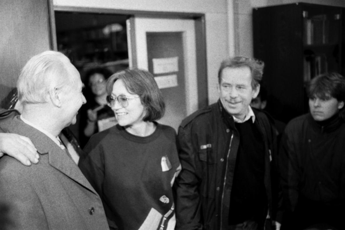Dubček, Kubišová a Havel v budově Melantrichu, listopad 1989
