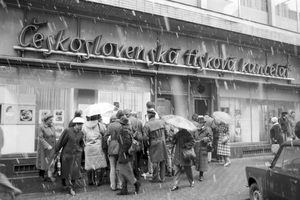Pražané před výlohou ČTK v Praze, listopad 1989