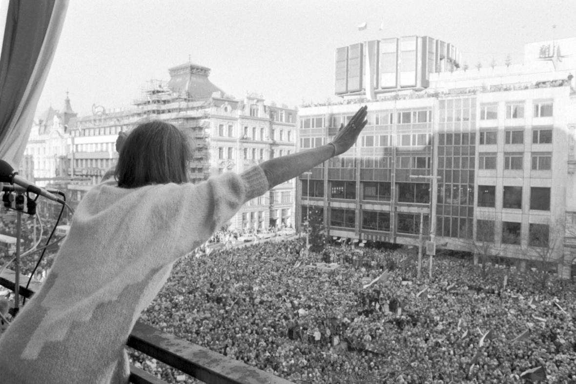 Marta Kubišová zdraví Václavské náměstí, prosinec 1989