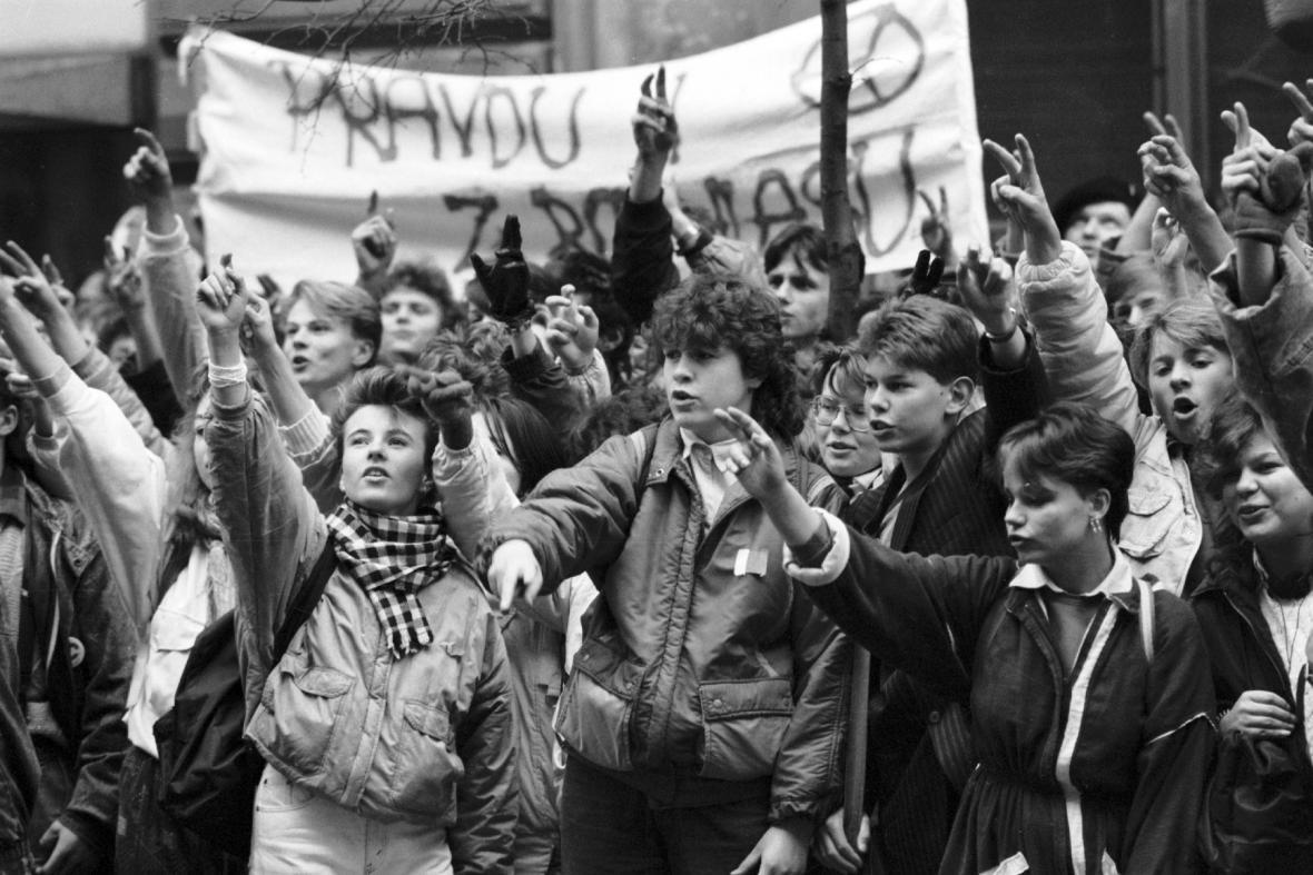 Manifestace před budovou Čs. rozhlasu, listopad 1989