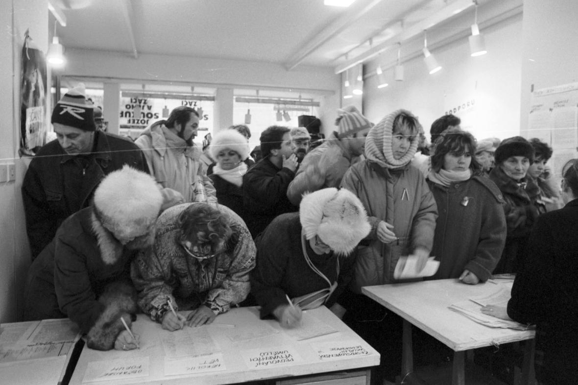 Podepisování občanů pod prohlášení OF, listopad 1989