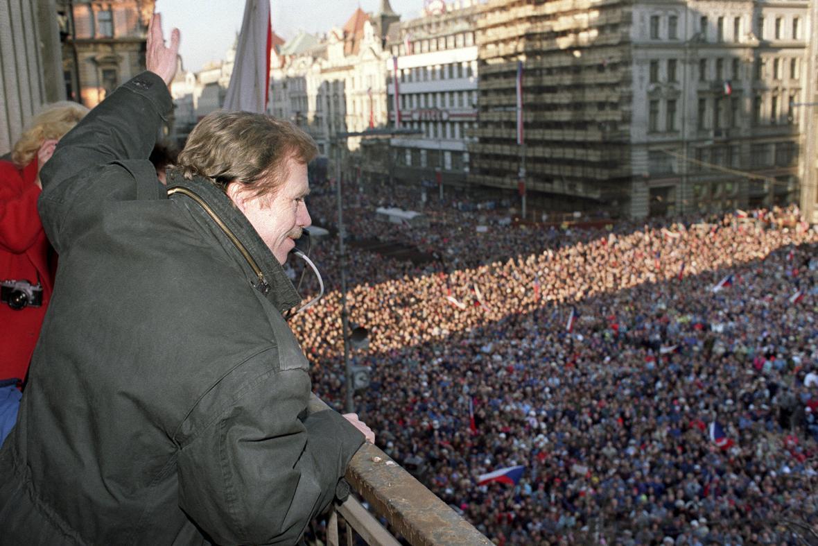 Havel na balkonu Melantrichu oslavuje jmenování Čalfovy vlády