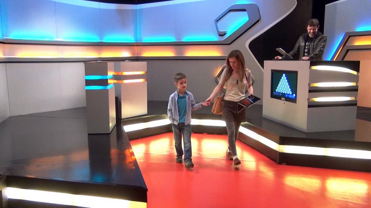Ondra s maminkou v televizním studiu