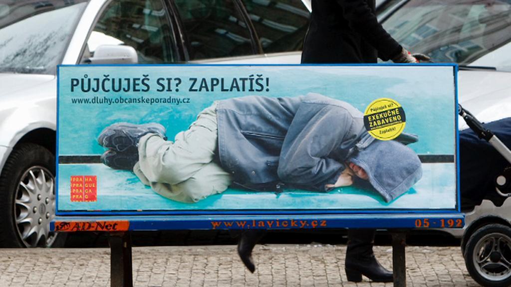 Dluhy dostihují stále více Čechů