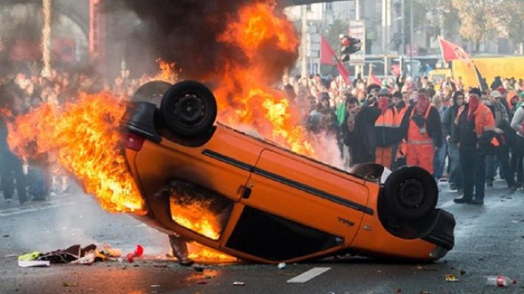 Převrácený Peugeot se stal symbolem demonstrací v Bruselu