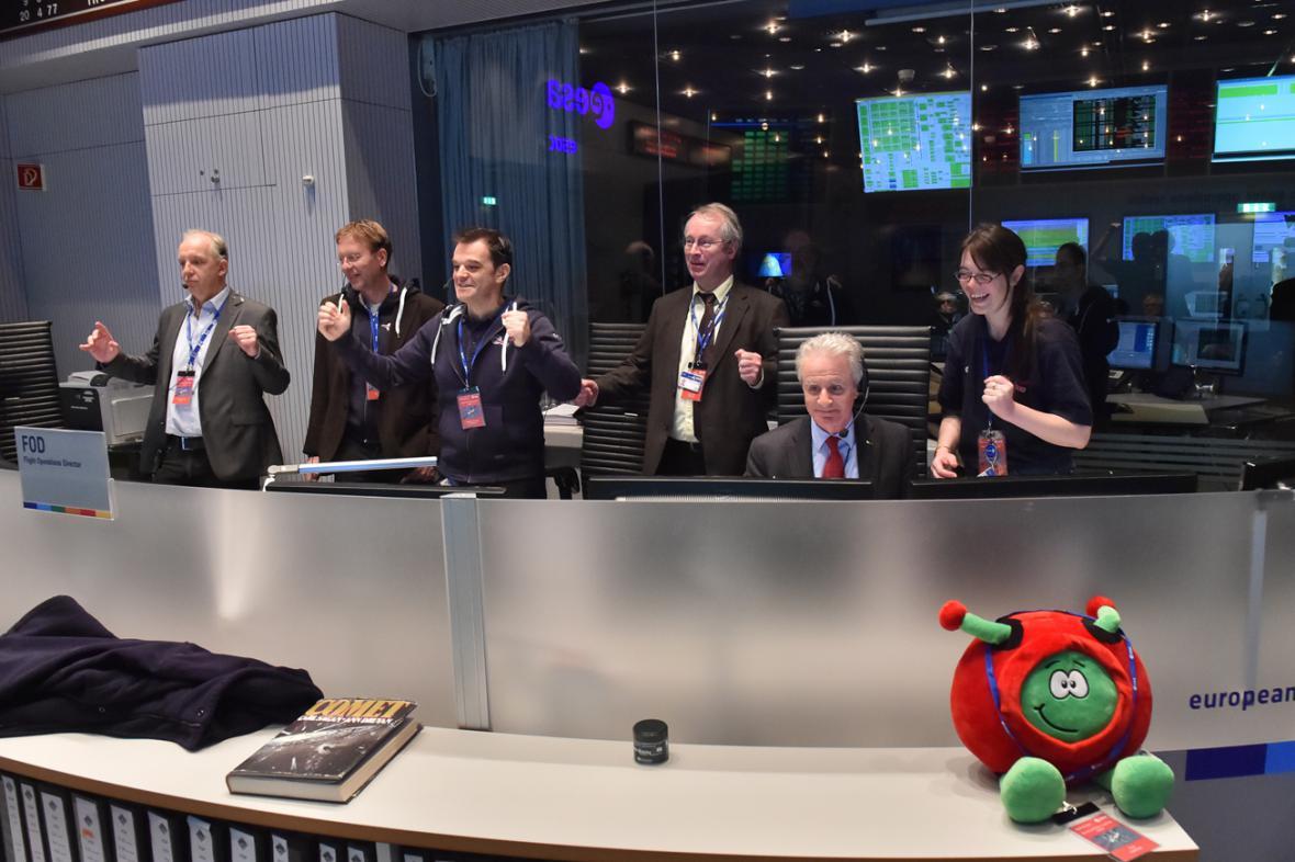 Radost v řídícím centru ESA po přistání sondy na kometě