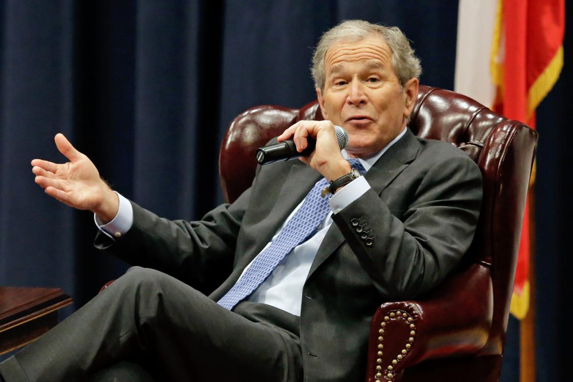 George W. Bush při diskusi o své knize