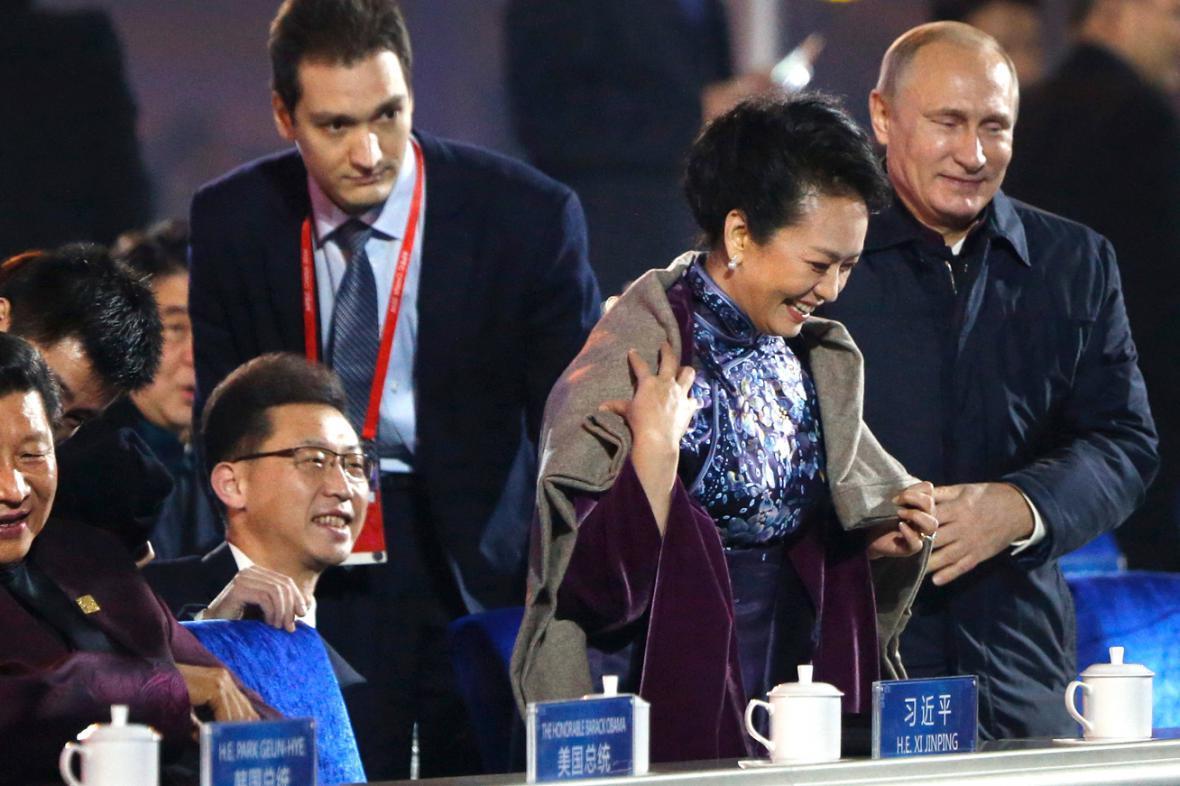 Vladimir Putin přehodil čínské první dámě přes ramena šál
