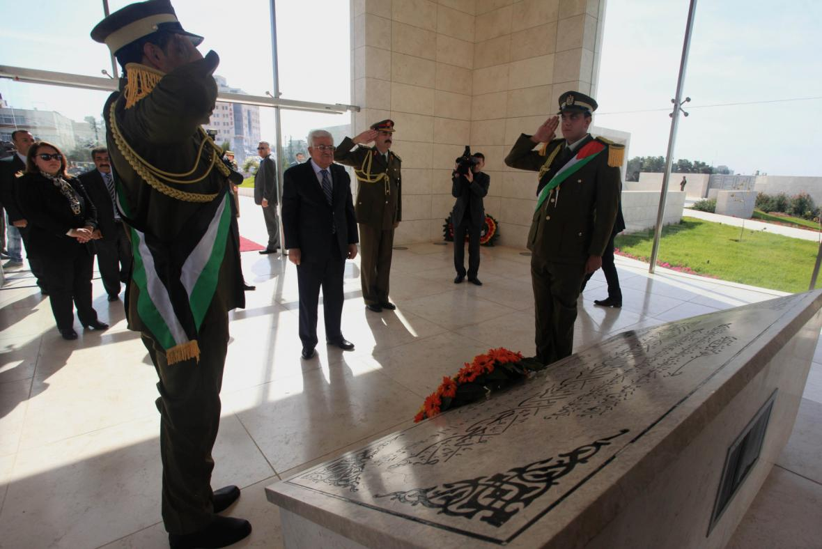 Mahmúd Abbás vzdává poctu Jásiru Arafatovi u jeho hrobu