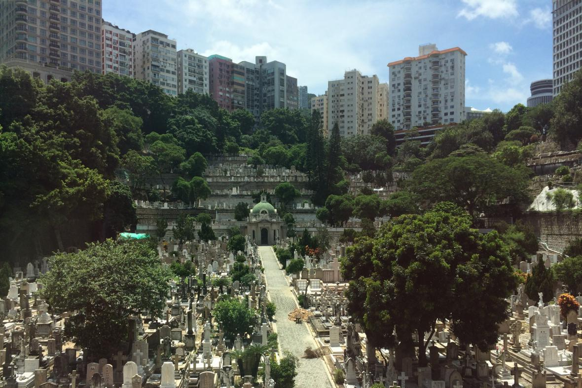 Hřbitov v Hongkongu obklopují mrakodrapy