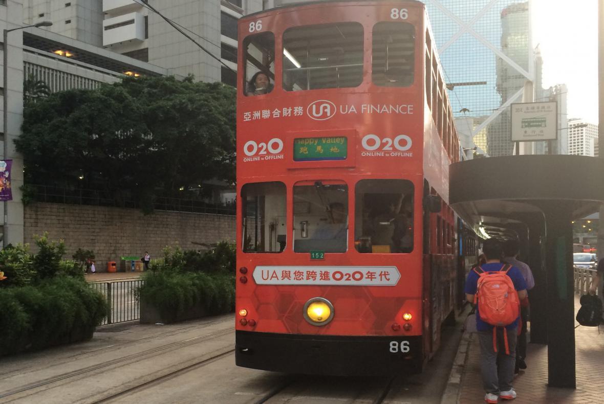 Dvoupatrové tramvaje utvářejí osobitý koloryt města