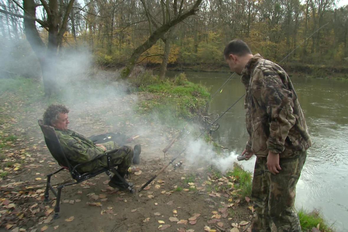 Rybáři se proti komárům chrání dýmovnicemi
