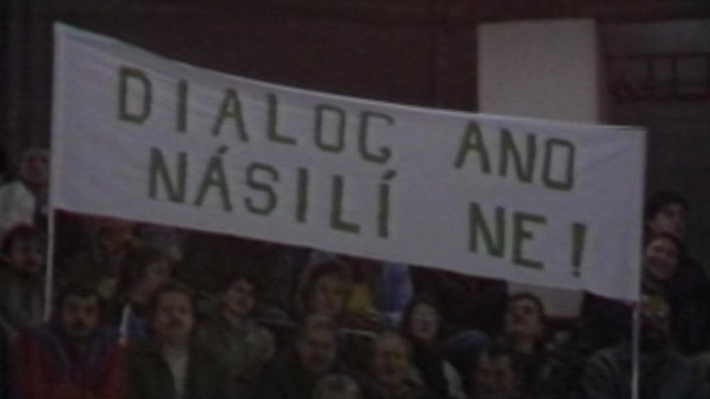 Archivní záběr ČST z listopadu 1989 v Teplicích