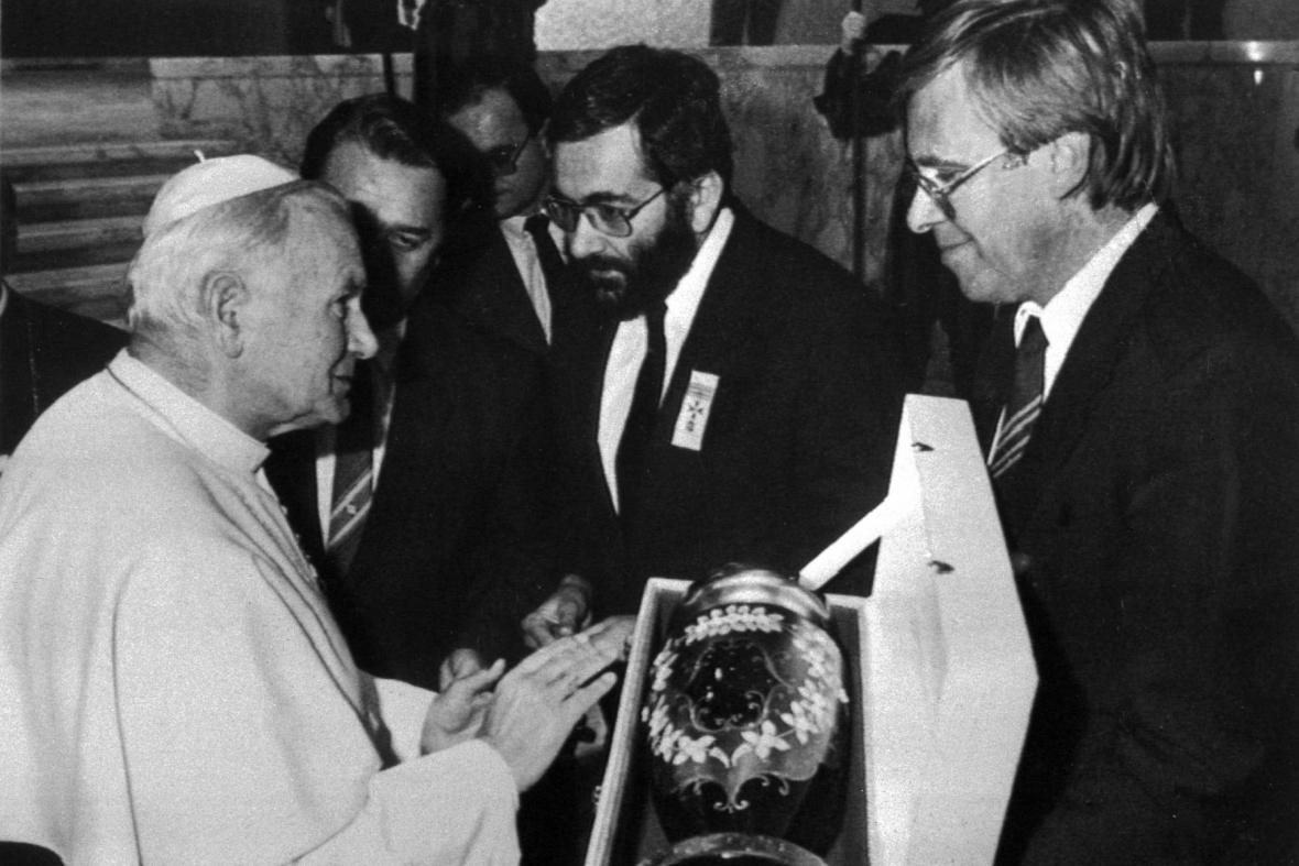 Papež Jan Pavel II. přebírá dar od čs. vládní delegace (1989)