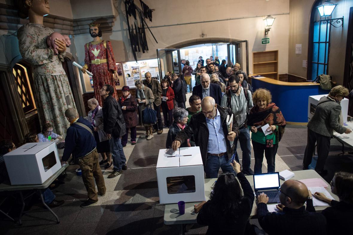 Fronta ve volební místnosti v Barceloně