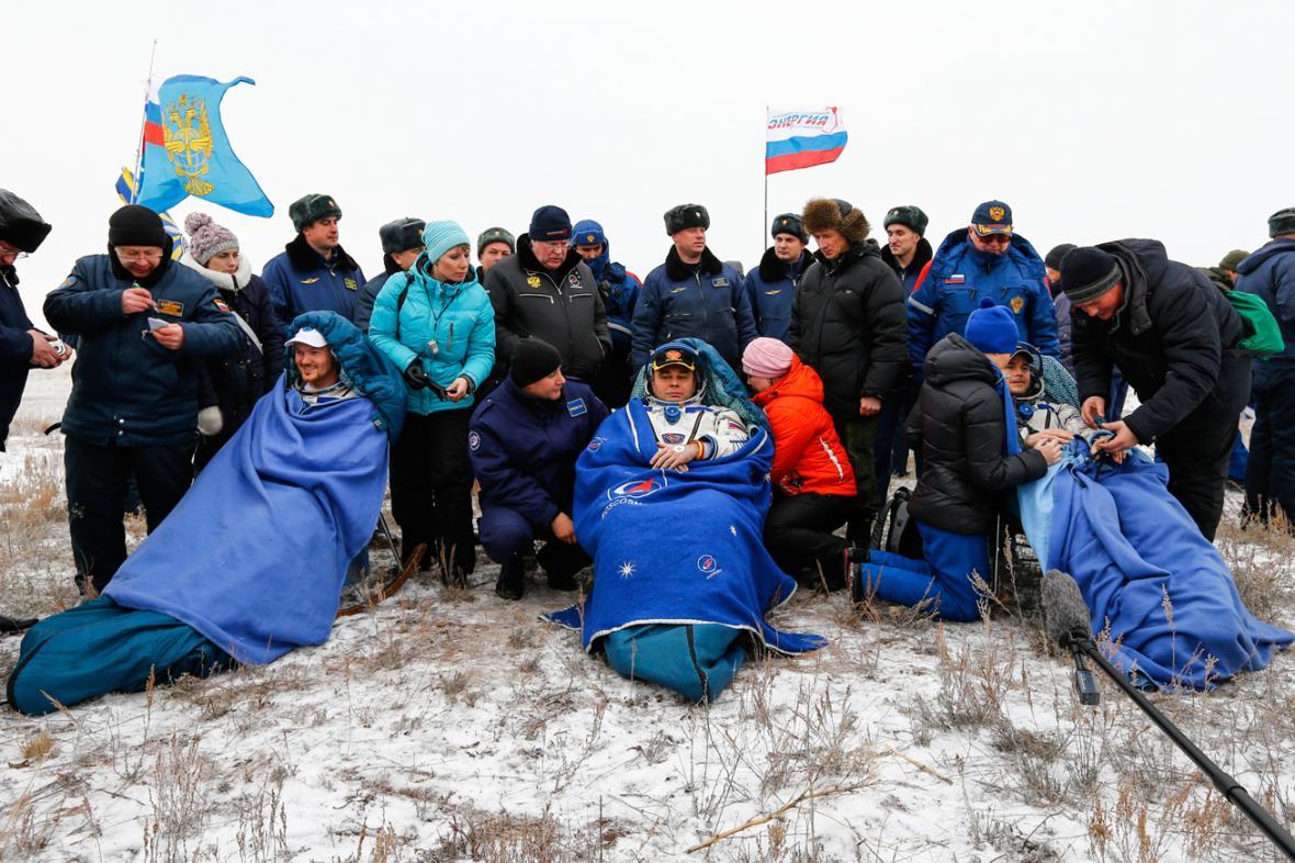 Alexander Gerst, Maxim Surajev a Reid Wiseman po návratu z ISS