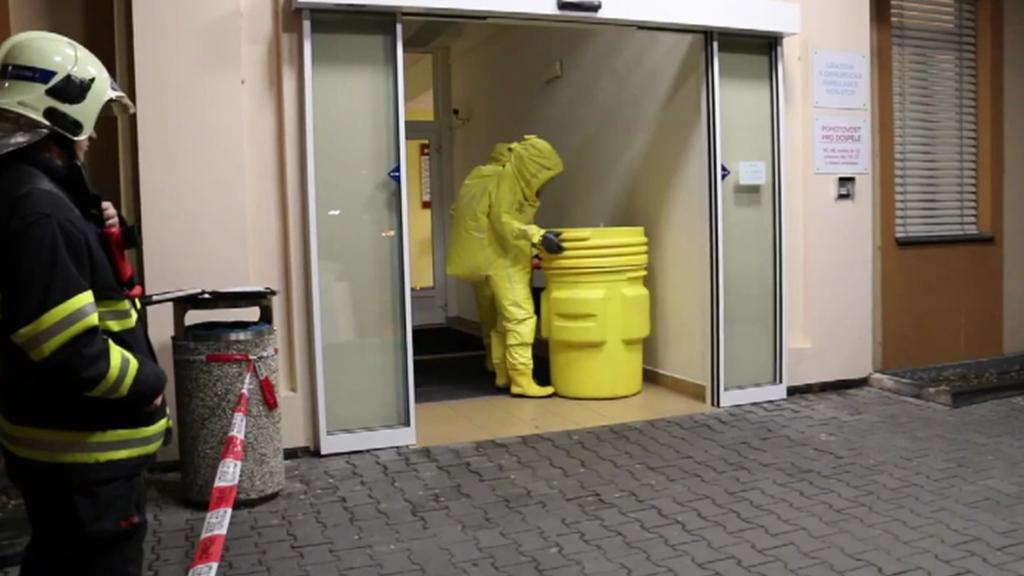 Bezpečnostní práce hasičů při převozu pacienta s podezřením na ebolu