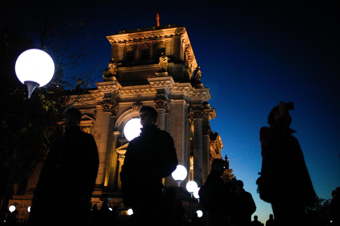 Svítící balonky značí místo, kudy vedla Berlínská zeď