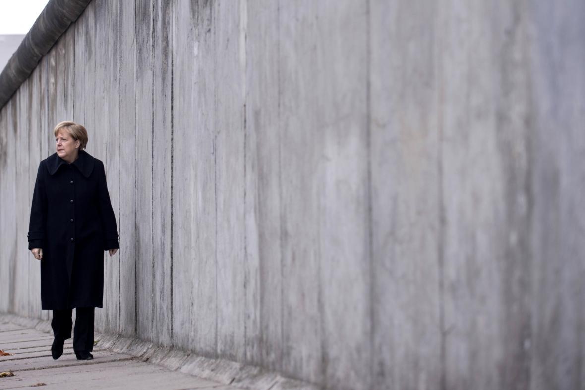 Angela Merkelová u Památníku Berlínské zdi
