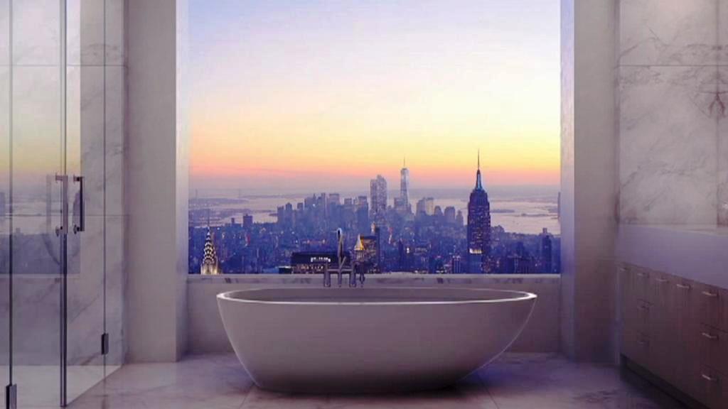 Koupelna v jednom z luxusních bytů