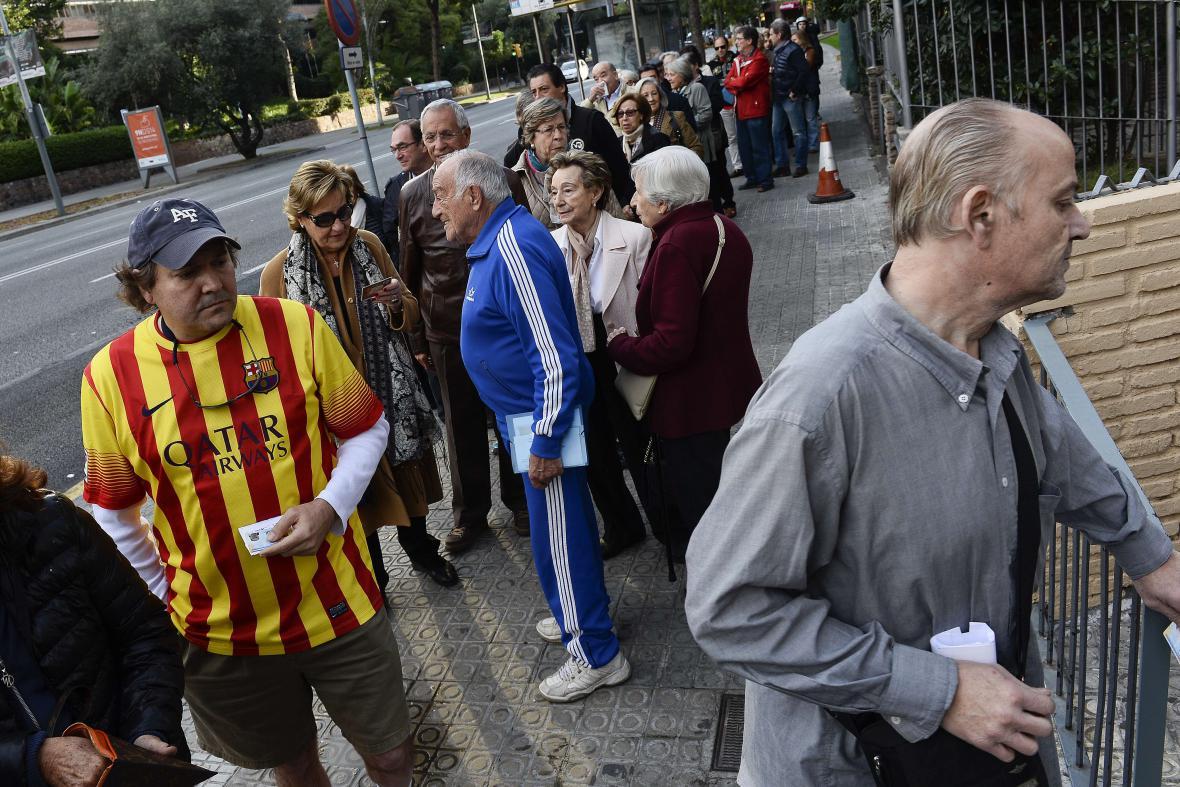 Fronta před otevřením volební místnosti v Barceloně