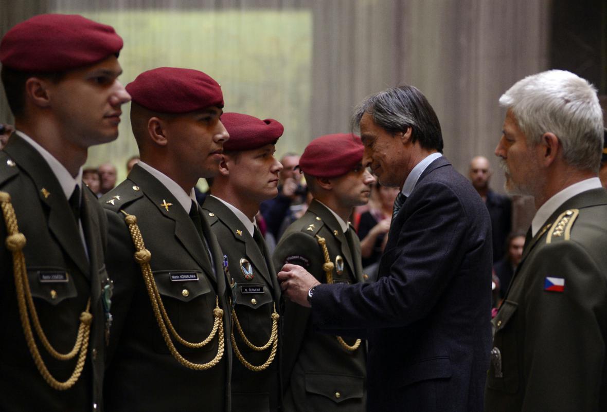 Čestí vojáci z Afghánistánů přijímají vyznamenání