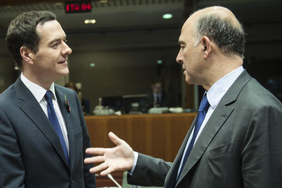 Britský ministr financí George Osborne (vlevo) a evropský komisař pro hospodářské a finanční záležitosti Pierre Moscovic