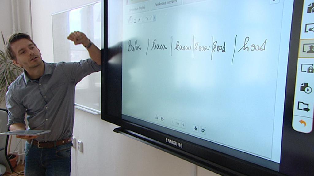 Pedagog s tabulí - displejem při výuce
