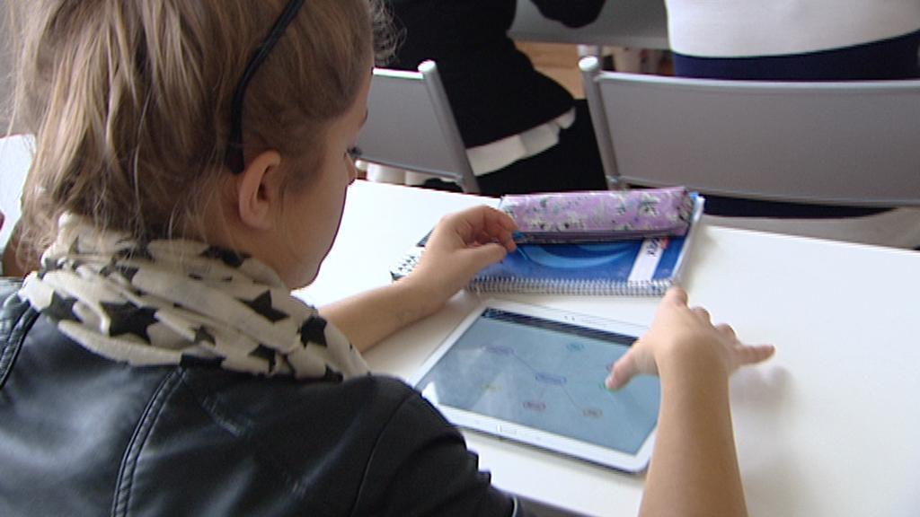 Studentka při práci s tabletem